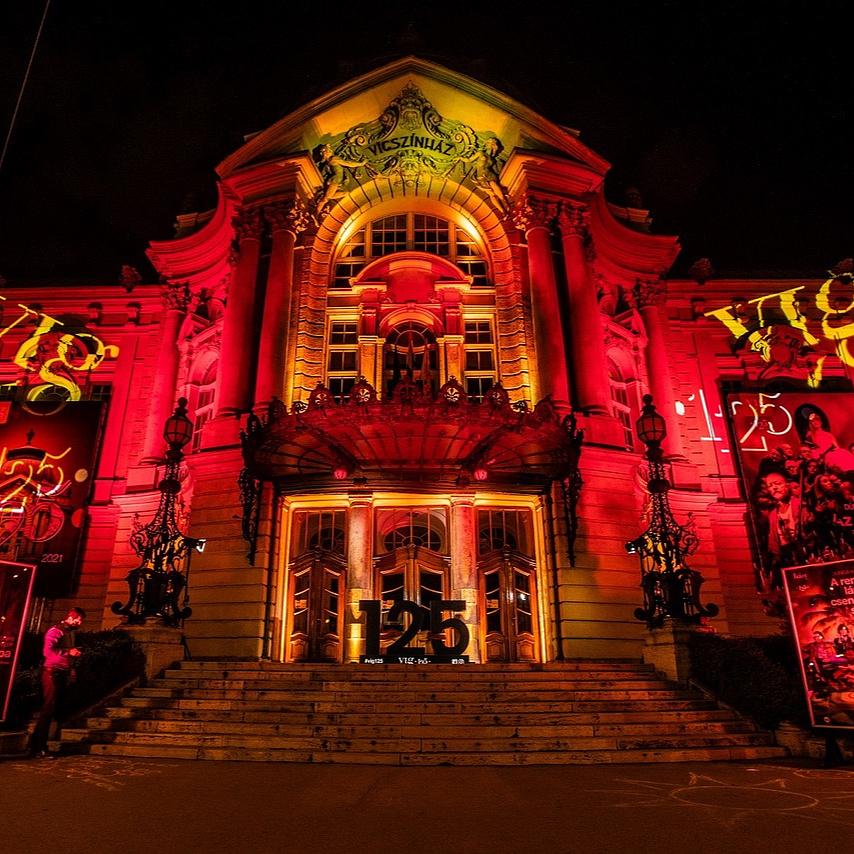 Új bemutatókkal kezdi jubileumi évadát a Vígszínház